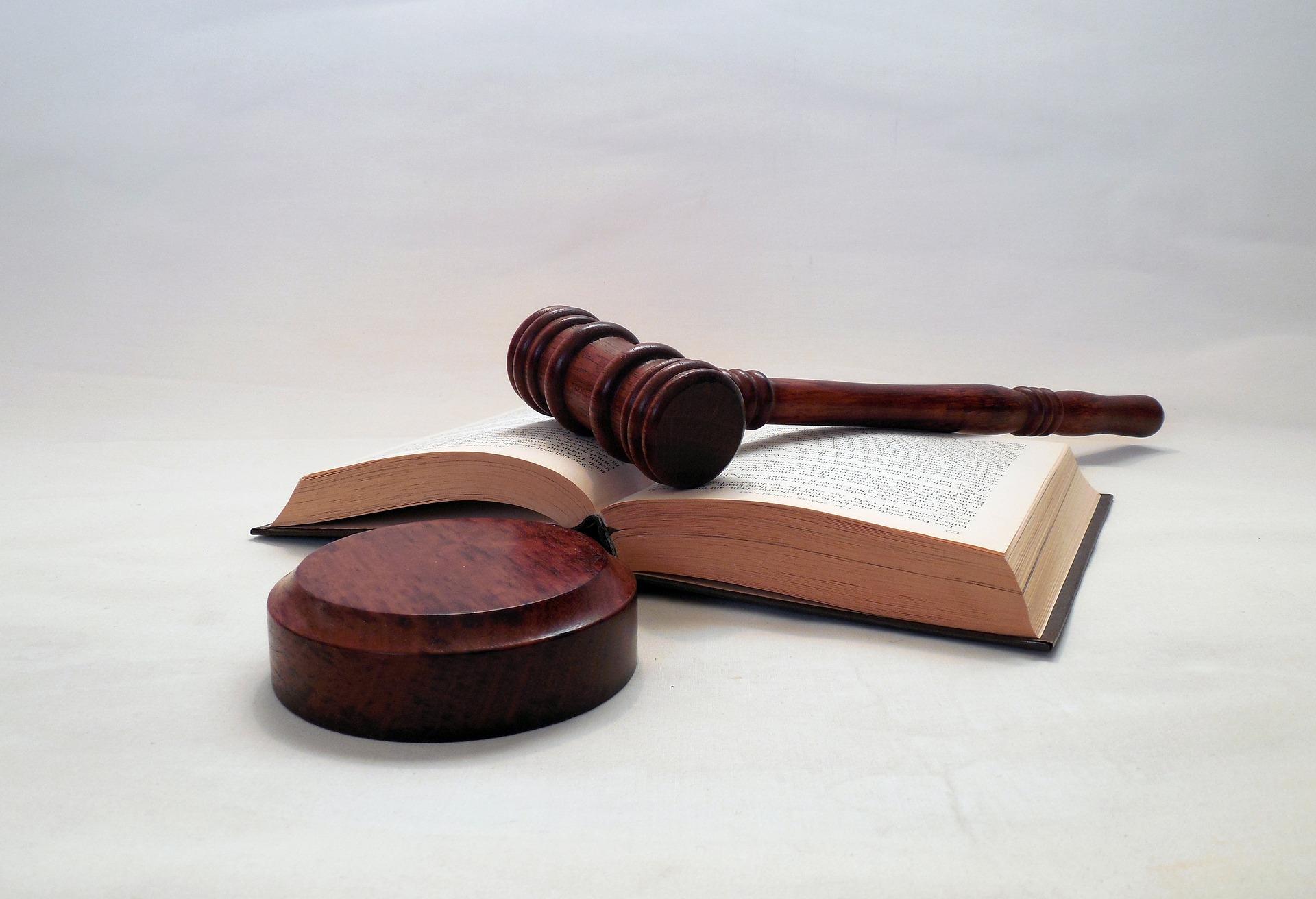 Rechtshammer auf Gesetzbuch